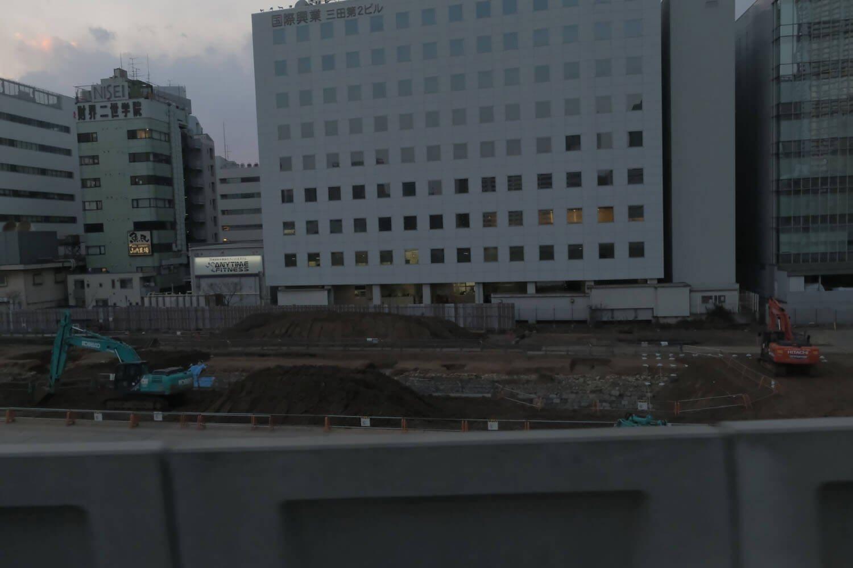 """京浜東北線北行の車中から。手前の高架橋の壁付近に石垣がみえる。それが""""高輪築堤""""の石垣だ。2021年2月撮影。"""