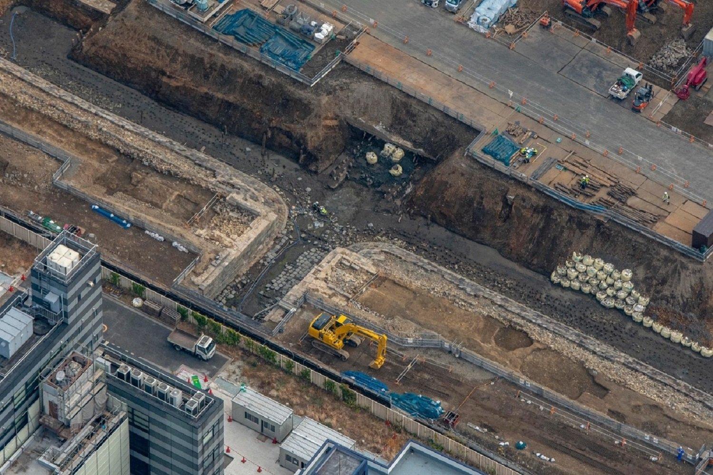 """""""第七橋梁""""を泉岳寺側からみる。ショベルカーがいる側に増線して3線となった。よく見ると、橋台部分は増設したのが判別できる。石垣脇にポツポツとある杭は、築堤が波でさらわれないための防止策。"""