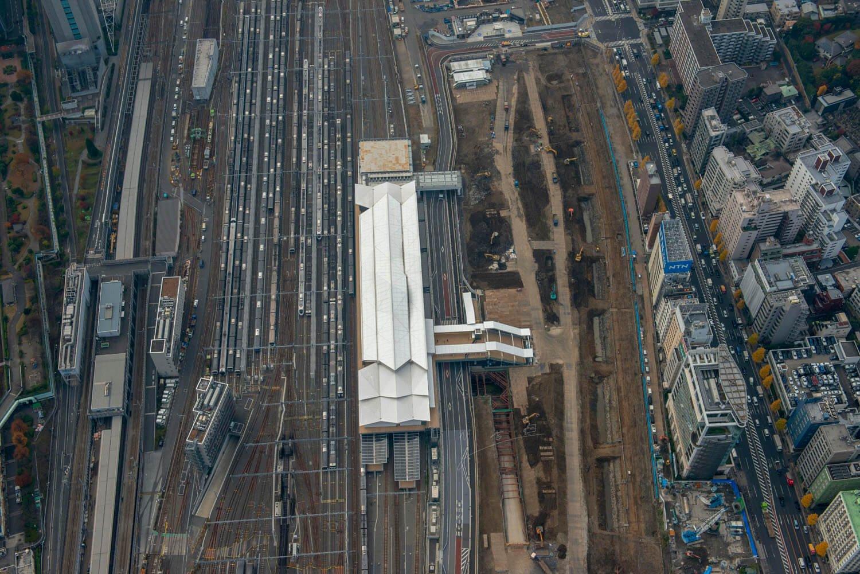 高輪ゲートウェイ駅の隣で発掘作業が進む。令和になって誕生した駅のすぐ隣には日本初の鉄道の遺構が出土されているのだ。この一枚には明治から令和までの鉄道の歴史が凝縮されている。