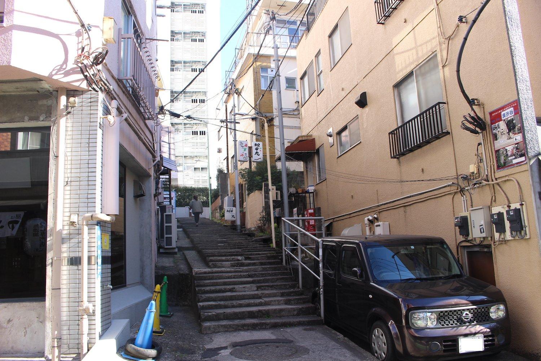谷底にある神泉には、こんな階段があちこちに。