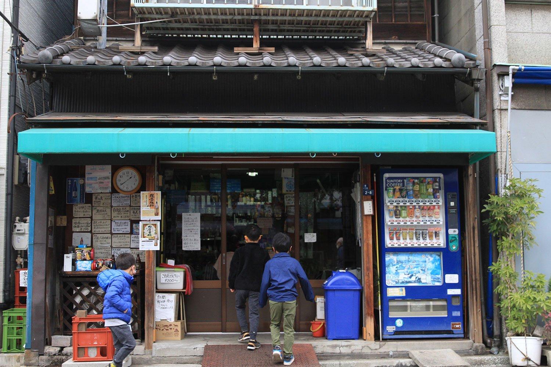 酒屋の駄菓子売り場に菓子を買いに走る子供たち。令和の時代に、昭和風情が残る佃。