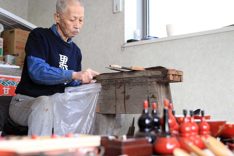 『漆芸中島』の中島泰英さんは伝統工芸士。江戸八角箸の仕上げの磨きをする姿が粋。