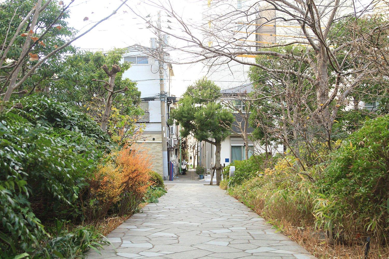 「ライオンズタワー月島」の敷地には、かつてあった路地をイメージした小道を再生。敷地外の路地と連続性を持たせているのが分かる。