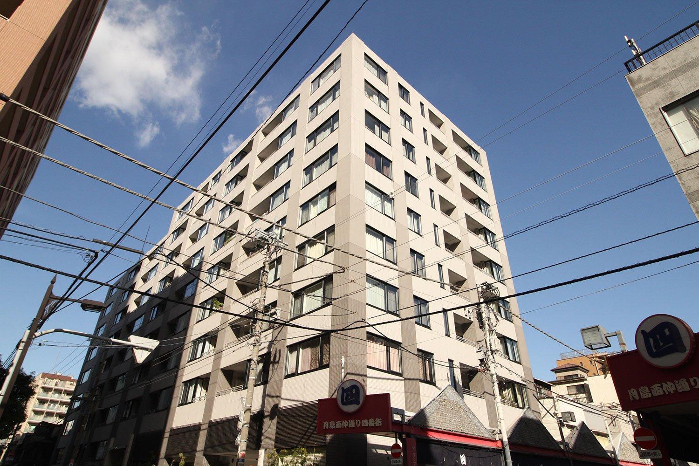 全122戸の大規模マンション「THEパームス月島ルナガーデン」。竹の緑鮮やかな9層吹抜けのムーンコートなど共用部分が充実。