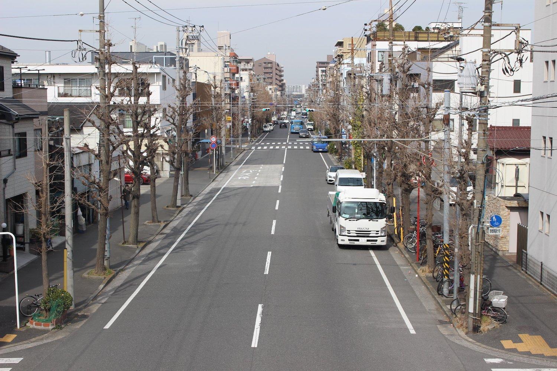 現在の鋼管通り。車通りは多い。