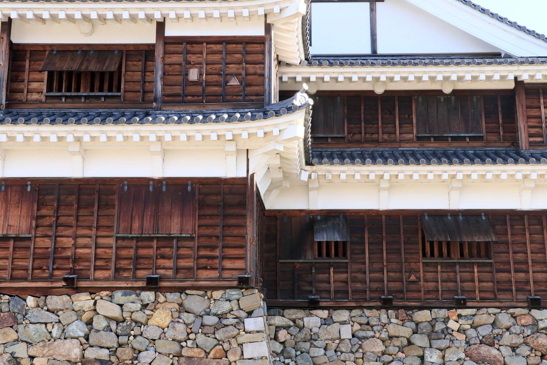 1~2階の各所に設けられた、開閉式の狭間。