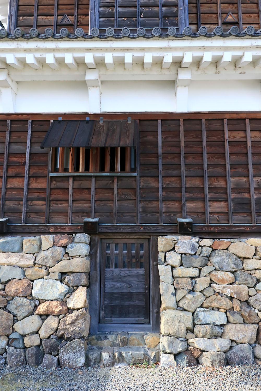 小天守の石垣の隙間に謎の扉。