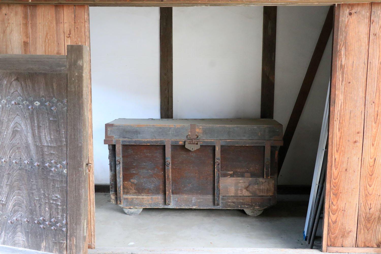 照仙寺の門に置かれていた車輪付きの巨大な箱。中身が気になる……。