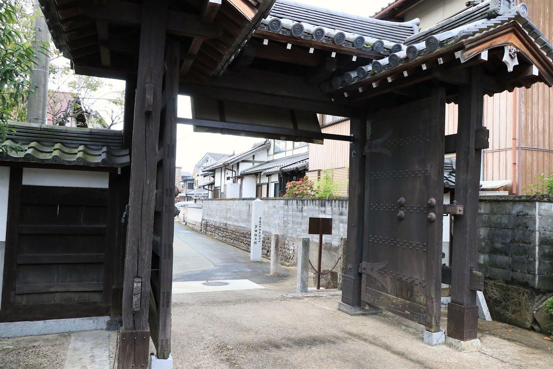 正眼寺の山門は住宅街の路地裏に。