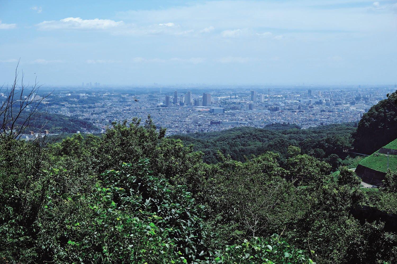 草戸山山頂の展望台からの眺め。八王子市街と新宿の高層ビルがかすかに見えた。