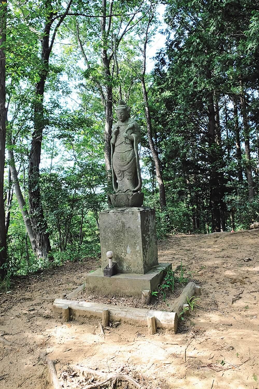 標高494mの中沢山の山頂には聖観音菩薩像がひっそりと立っている。