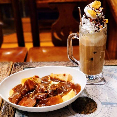話題のパンカレーとパフェ風スイーツドリンクを昭和な喫茶店で。『伴茶夢(ばんちゃむ)』~黒猫スイーツ散歩 目白編⑦~