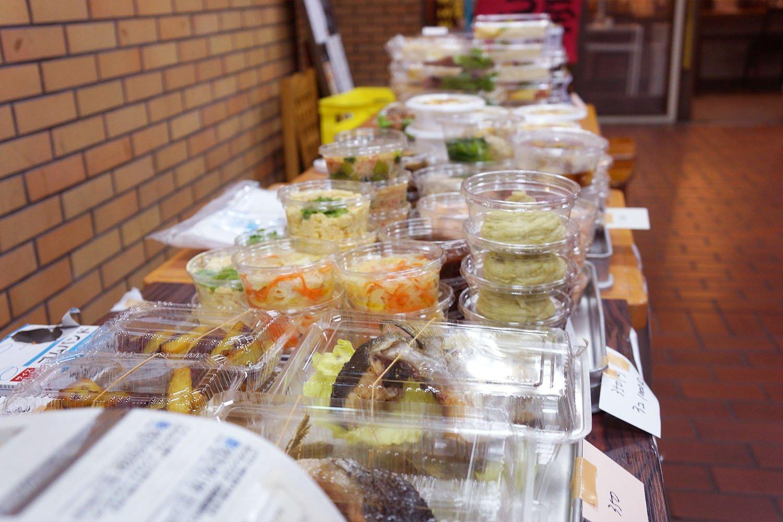 テイクアウト開始の時間になると、店舗前にずらりと並ぶ料理たち。