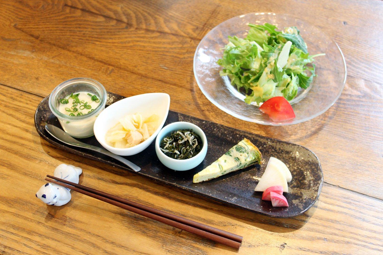サラダと副菜の5種盛り合わせ。副菜は左から、自家製の豆腐、白菜の煮浸し、ぎばさちりめん、ほうれん草のチーズオムレツ、お新香。