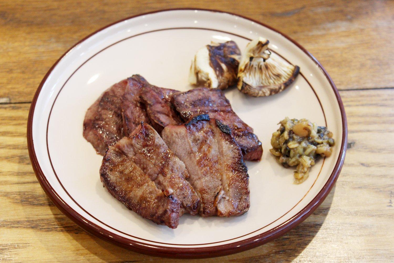いわいずみ短角牛のタンとハツの鉄板焼き。ご飯と味噌汁、副菜がついて1500円。