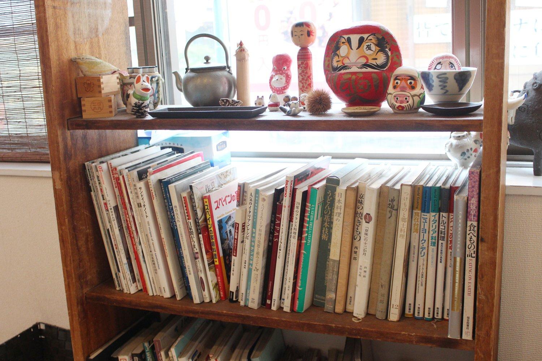 店主の興味の幅広さが伺える本棚。多くが食に関する本だ。