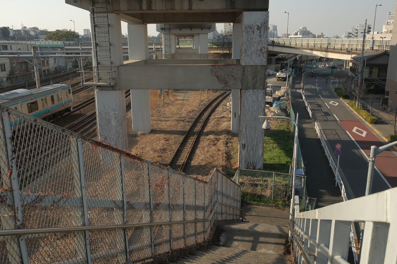 北王子線はすぐに工事会社の敷地となる。その先には軍用鉄道跡を転用した都道の高架橋の下を通る。