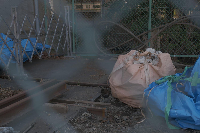 工事会社敷地の先で切断された線路。この先は線路が撤去されていた。