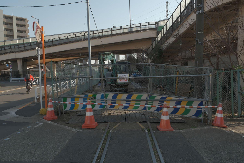 """踏切部分の線路はまだ残存している。ここは""""第一宮江踏切""""であった"""