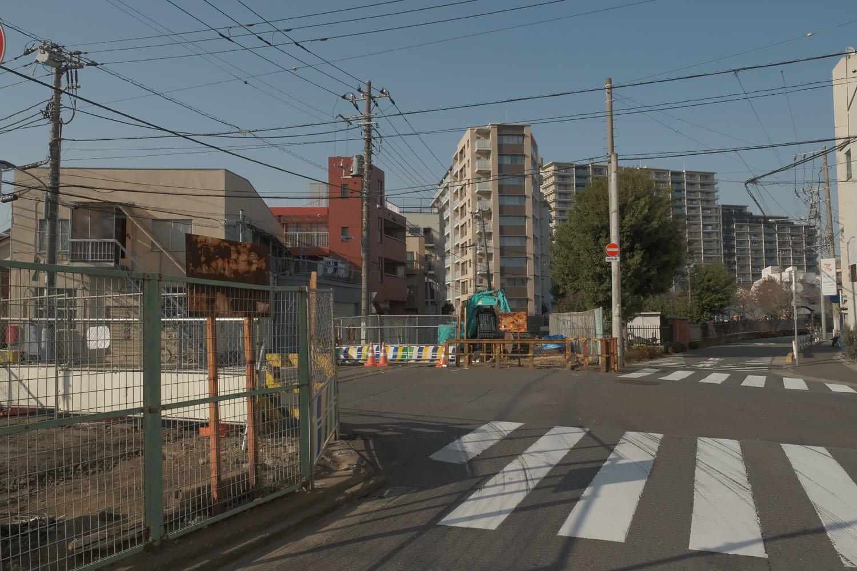"""""""第2宮江踏切""""のあったところ。「踏切」と大きな表示版が掲げられた立派な警報機があった。右にカーブする道は1971年に廃止となった須賀線跡の道路。"""