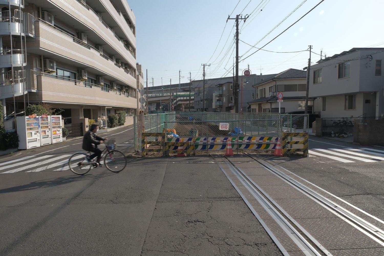 """""""第2宮江踏切""""の王子方向。背後は東北新幹線の高架橋が望める。"""