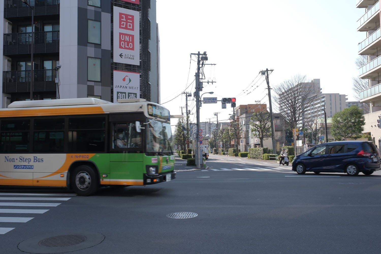"""南北線王子神谷駅のある""""王子消防署前交差点""""。須賀線の線路は写真中央部から手前へあった。都バスが走る道は都電があり、この交差点で平面交差していた。"""