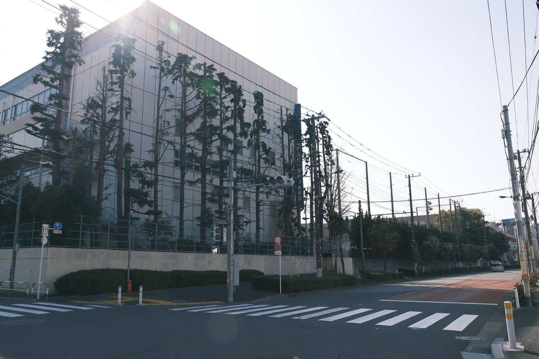 対向二車線の道路が須賀線の跡。学校のある場所は陸軍造兵廠、戦後は工場群となり、このあたりで左へ分岐する工場線があった。