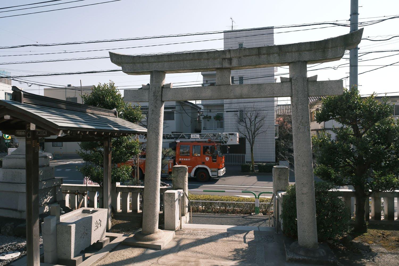紀州神社からみた須賀線。消防車を貨物列車に見立ててみたが、さぞかし昔は絵になったことだろう。