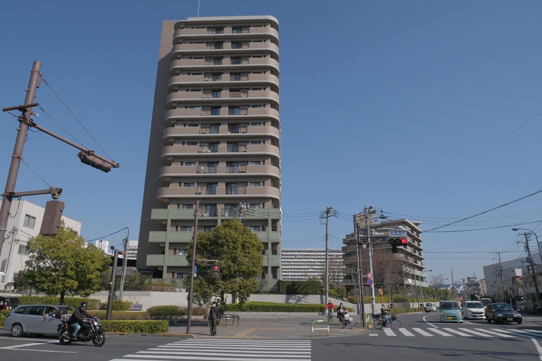 須賀線の終点部には日産化学工場などがあった。いまは集合住宅が建ち並ぶエリア。