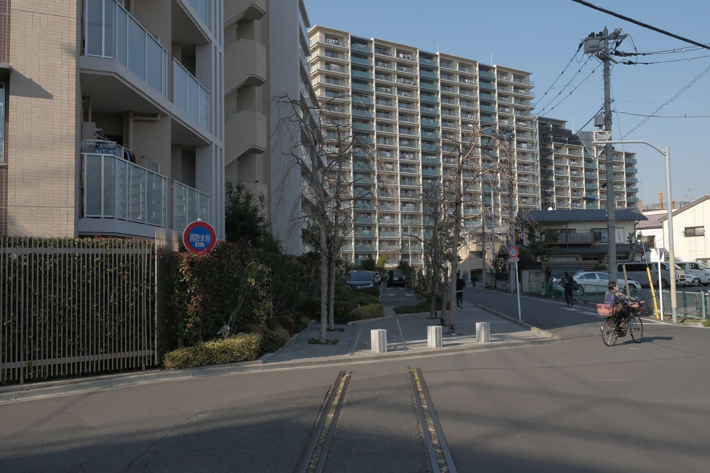 """""""ザ・パークハウス東十条フレシア""""マンションの駐車場敷地へと同化する北王子線の跡。"""