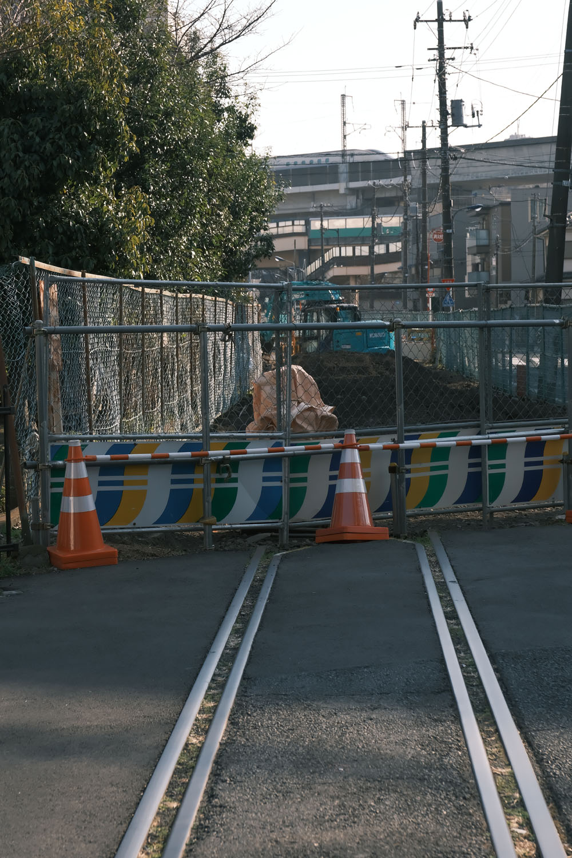 踏切の向こうには新幹線が走り去っていく。活躍する鉄路と消えゆく線路。