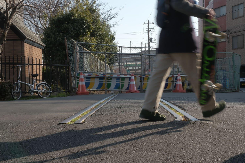 ぷつっと切れた線路は公園脇で静かに時を刻んでいる。