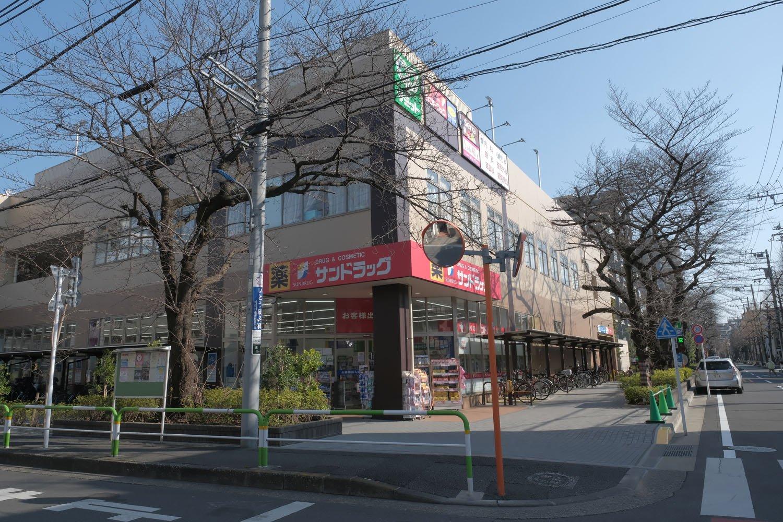 """""""ザ・ガーデンズ""""となった王子倉庫のいま。桜並木は枝が剪定されているものの健在である。"""