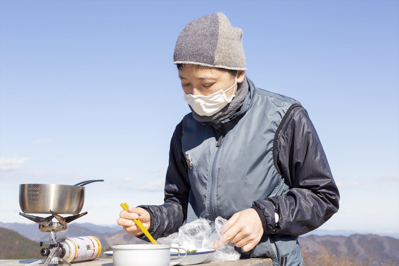 家庭用カセットボンベを使うバーナーで調理。