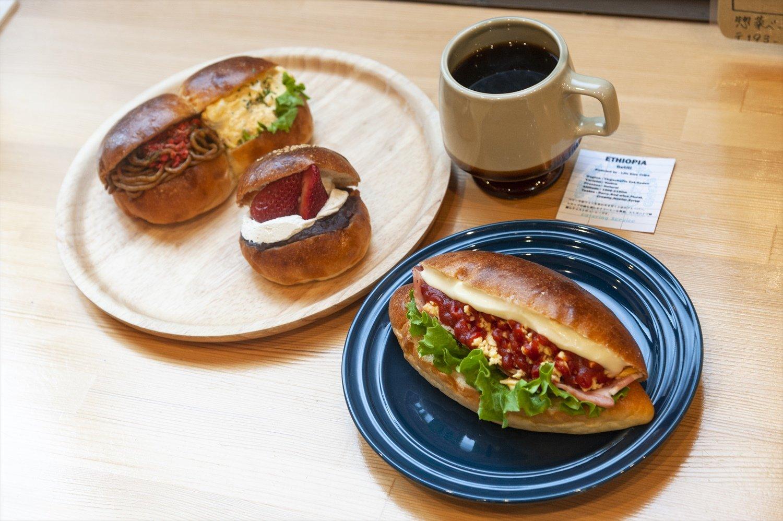 右から、ベーコンチーズ270円、苺あんホイップ250円と2色パン350円、エチオピア450円。