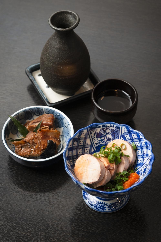 あん肝500円(手前)。日本酒は1合600円〜。お酒を頼むと、上島さんお手製の日替わり小鉢もついてくる。