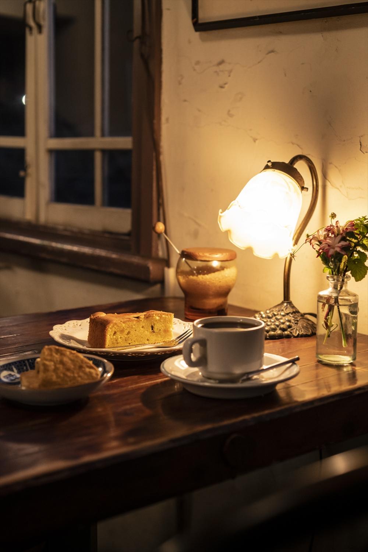 コーヒー 400円。自家製クッキー1枚50円(前)。自家製ケーキ350円(奥)。