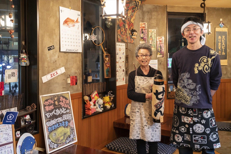 囲炉裏付きのテーブルは1卓のみ。 永野さんの母 ・ 立美ママ(左)は 「特等席よ」 と笑う。「山に行って釣ってきた魚は店で焼くから声かけて!」