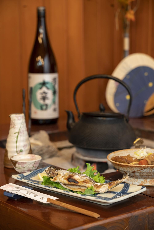 虹鱒塩焼き580円ともつ煮500円。澤乃井1合700円〜で。