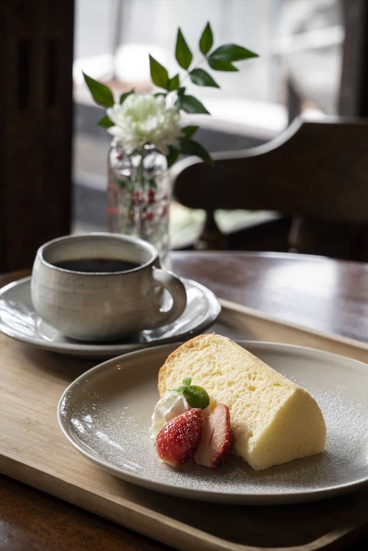 てつさん特製のシフォンケーキは毎日共通。持ち帰りは300円〜。卵の風味がふんわり甘く、ほほが緩む。
