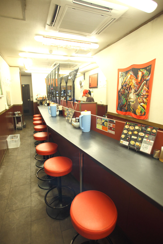 長い2本のカウンターが並ぶ店内は全20席。