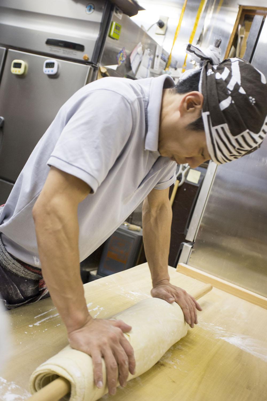 毎日早朝から麺台に立つ。培った全てを練り込む。