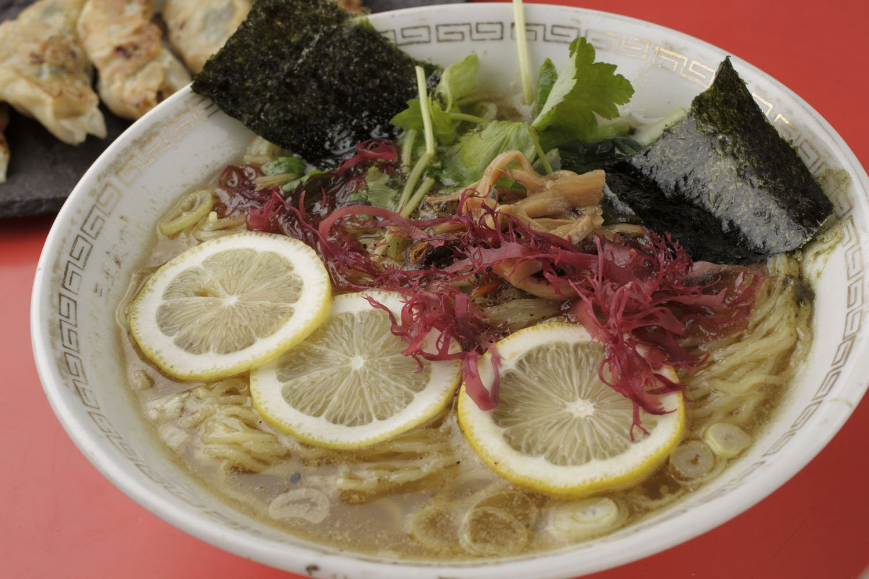 上々ラーメン(塩・レモンのせ)1500円。塩(レモンのせ)が1番人気。味噌・醤油味も。