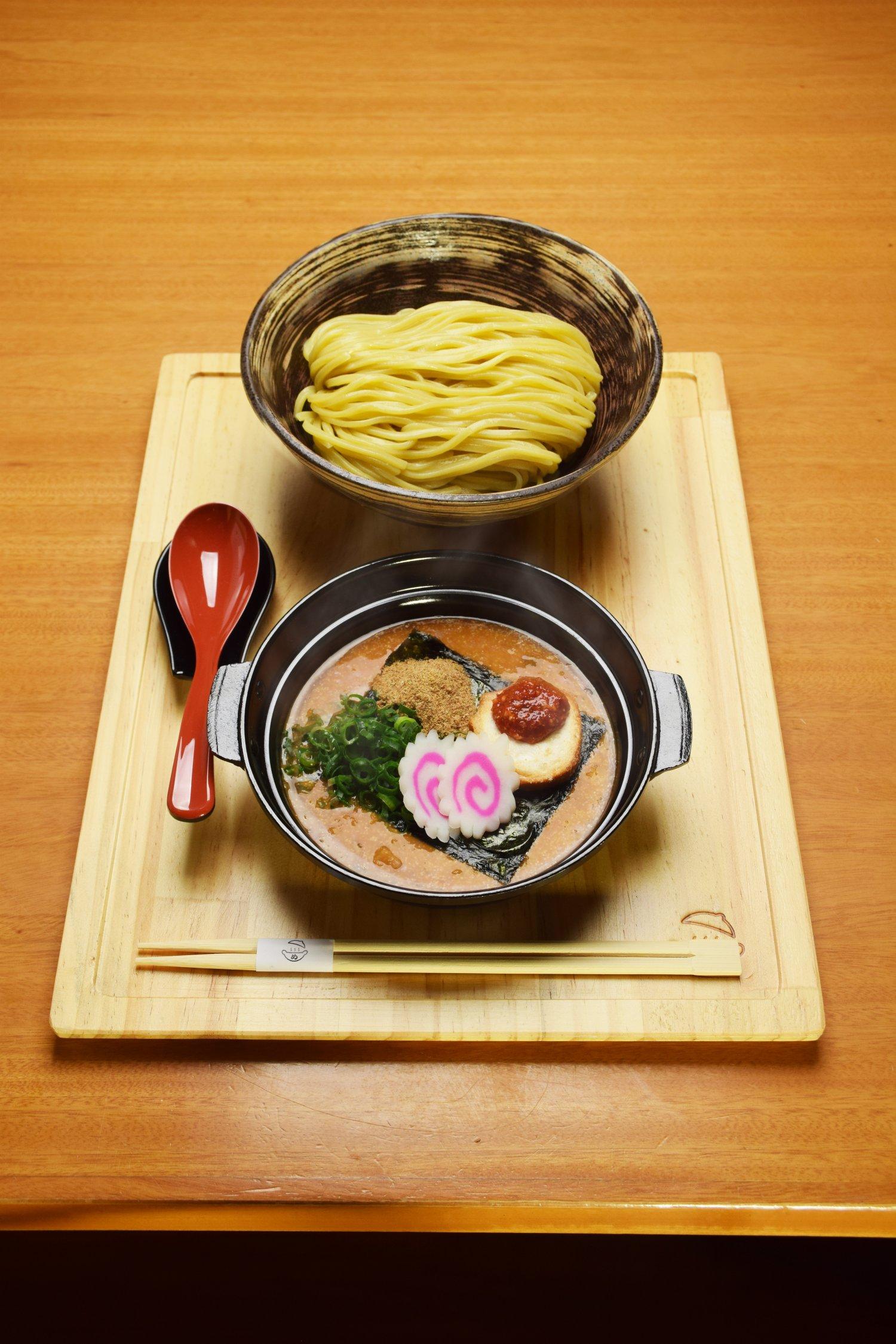 めんたい煮こみつけ麺1408円。麺の量が選択でき、100〜300gが1408円。400gが1716円。