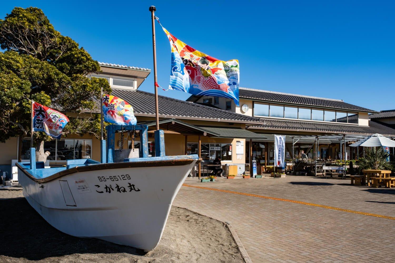一角に据えられた漁船の上で勢いよくはためく大漁旗が目印だ。