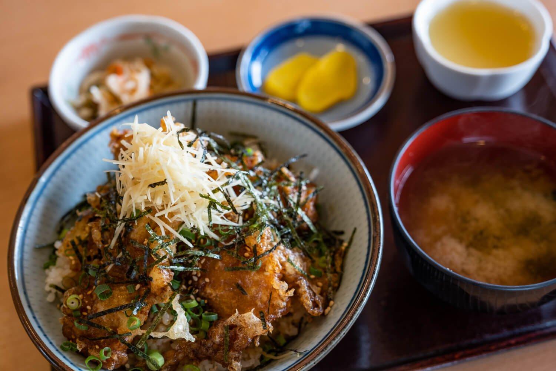 レストランの人気No.1いわし丼800円には小鉢やデザートも付く。
