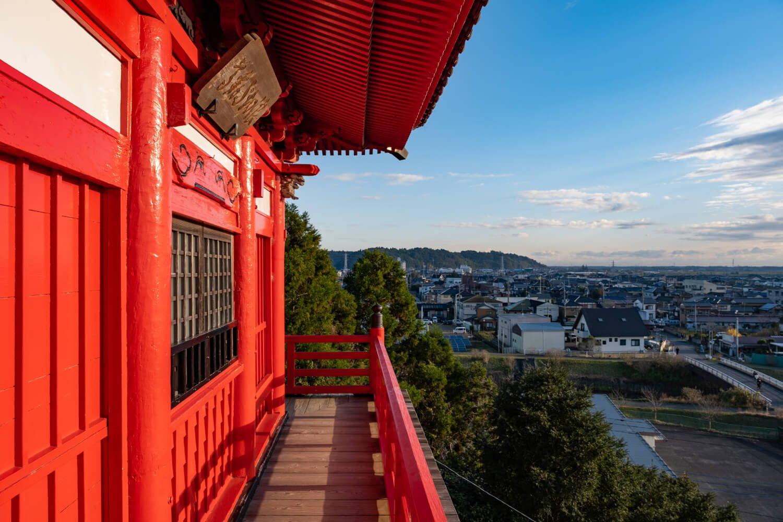 本堂の回廊からは市街地から九十九里浜方面まで一望できる。