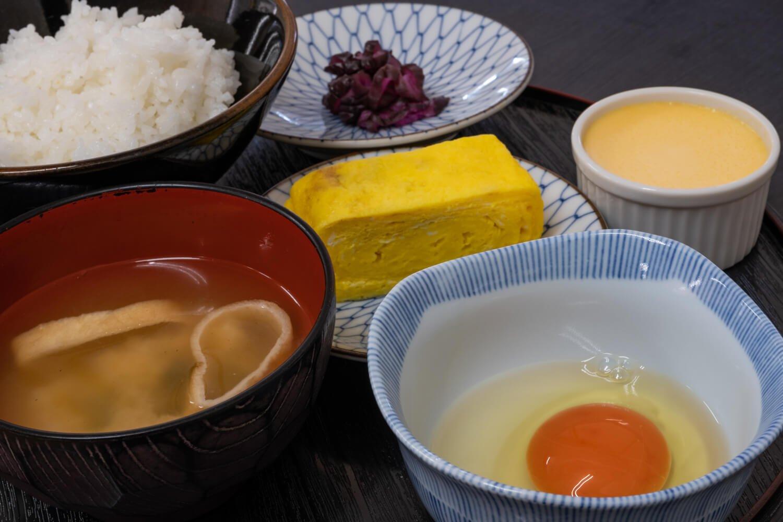 たまごかけご飯定食プリンセット460円にたまご焼き65円をプラス。