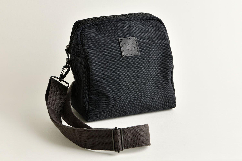 黒ほか全5色。1万4080円。20.5×20.5×11.5㎝。犬印鞄製作所伝法院通り店、オンラインショップほか。☎03-5806-1712