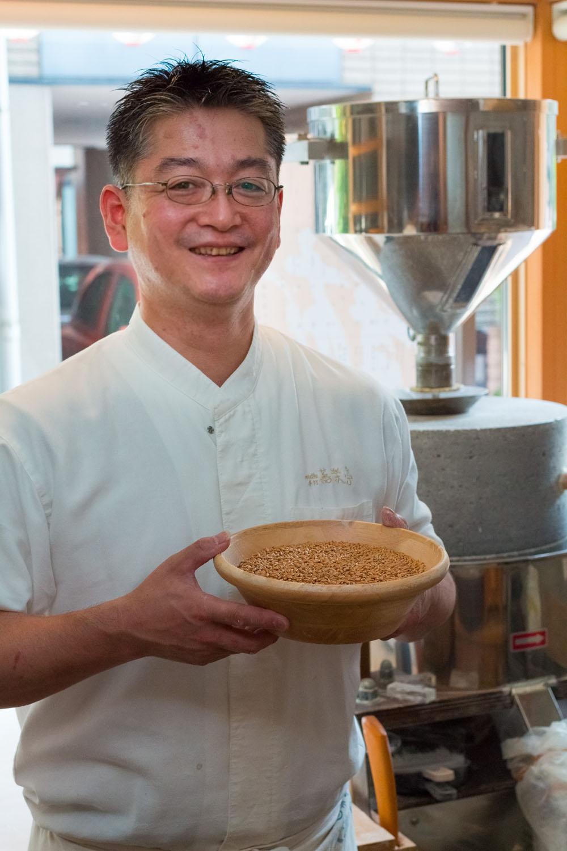 原麦をもつ店主・長谷川さん。